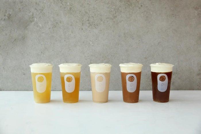 """""""神のチーズティー""""(左から)ジャスミンチーズティー(¥480)、ニチゲツタンチーズティー(¥480)、プレミアムチーズミルクティー(¥580)、シキハルチーズティー(¥480)、テッカンノンチーズティー(¥480)/画像提供:ベイクルーズ"""