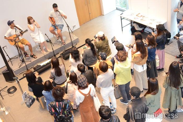 山下歩さん、kecoriさん、KAIKIさんによるライブ(C)モデルプレス