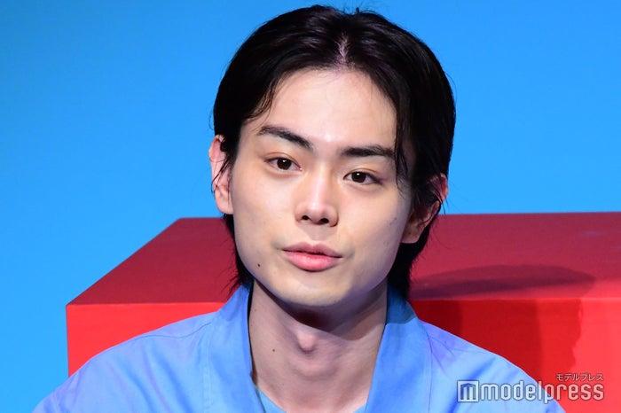 前髪長めのクールな菅田将暉(C)モデルプレス