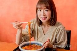 鈴木亜美の激辛料理愛がすごい!丸亀製麺「うま辛MAX担々うどん」に挑戦<インタビュー>