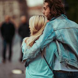 男がつい「抱きしめたくなる瞬間」4選