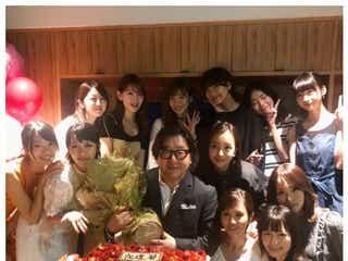 "AKB48歴代オールスター集結 ""とんでもない胸熱ショット""続出の秋元康氏還暦祝いがすごい"