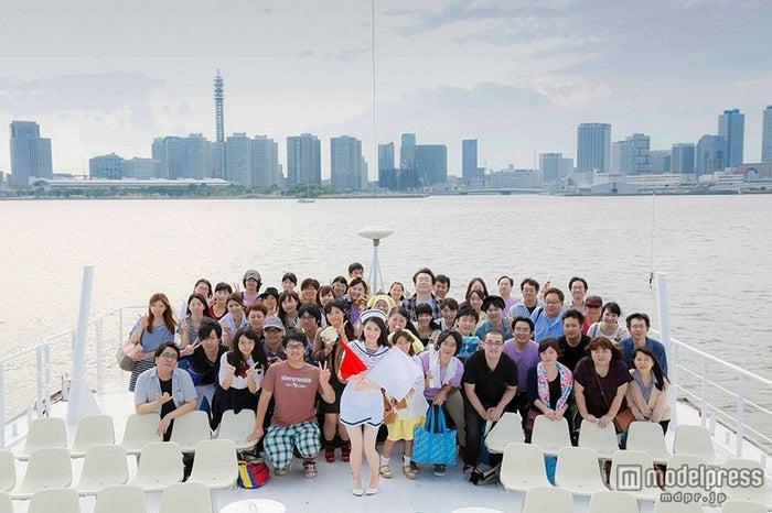 ファンと船上で記念写真/渡辺麻友