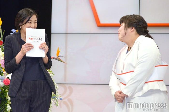讀賣テレビの森若佐紀子アナウンサーにすり寄るゆりやんレトリィバァ (C)モデルプレス