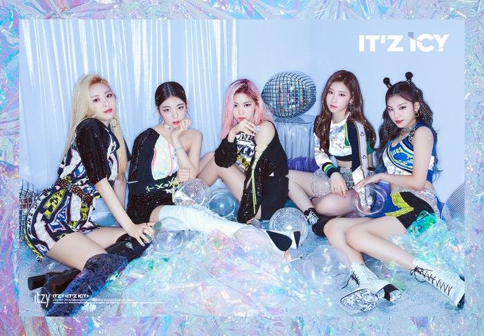 """<ITZY(イッジ)プロフィール>2019年2月12日韓国デビュー。メンバーはイェジ、リア、リュジン、チェリョン、ユナの5人。韓国語で""""イッジ""""は「あるでしょう?」「あるわ!」という意味を持ち、グループ名には「あなたが求めているものは全部ある」という意味が込められている。デビューシングル「IT'z Different」のタイトル曲「DALLA DALLA」は歴代ガールズグループの最短記録で音楽番組1位を獲得した。"""