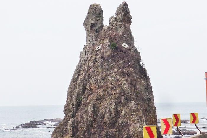 フォルムが某有名キャラクターに似ていると話題の剱地権現岩(提供写真)