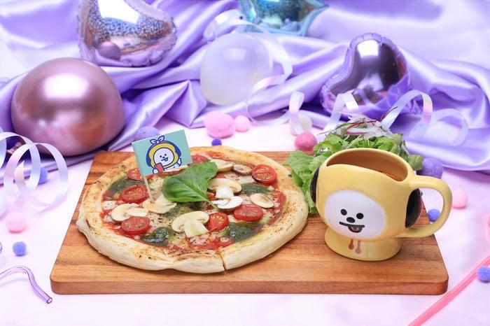 マルゲリータピザ セットメニュー例 1,490円(C)BT21