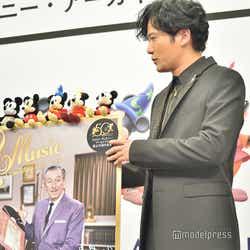 ミッキーマウスのぬいぐるみが倒れないか心配する稲垣吾郎(C)モデルプレス