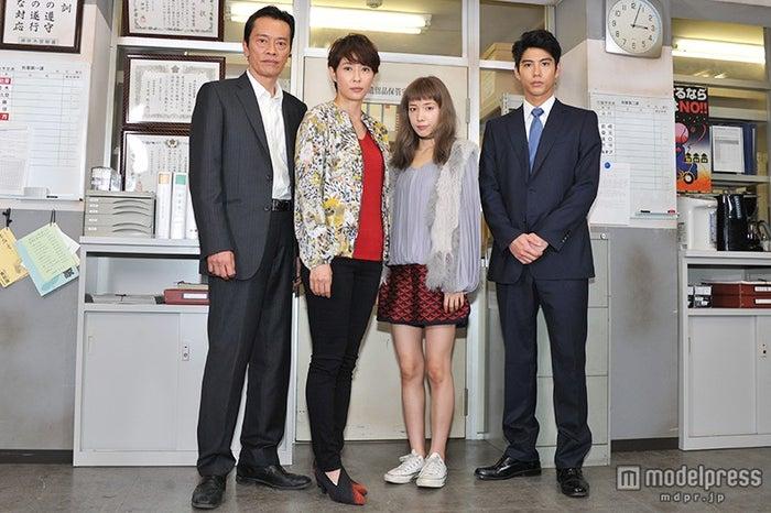 (左から)遠藤憲一、水野美紀、仲里依紗、賀来賢人