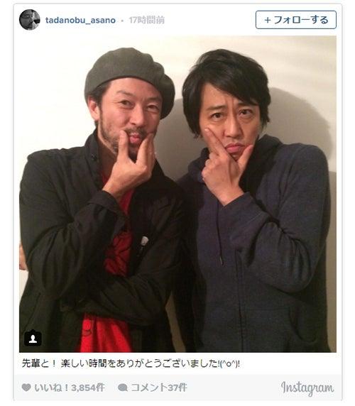 浅野忠信(左)がエライザポーズで岡村靖幸と2ショット/浅野忠信Instagramより【モデルプレス】