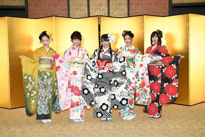 NMB48(左から)石塚朱莉、加藤夕夏、白間美瑠、内木志、古賀成美 (C)AKS