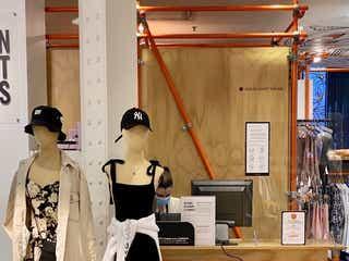 フランスで春夏物の販売開始 規制緩和後も衣料品振るわず