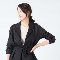 2021年のコーデは「黒のシアーシャツ」を主役に。大人らしい透け感を着こなす