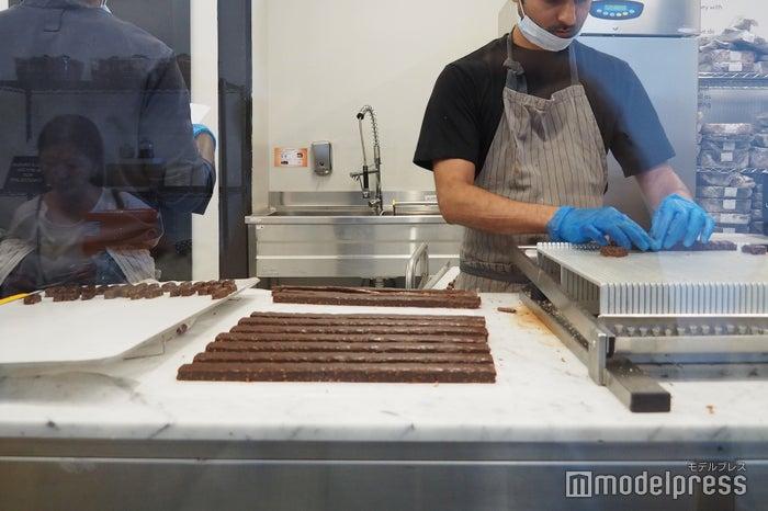 丁寧にチョコレートをカット(C)モデルプレス
