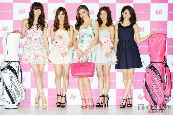 (左から)佐藤晴美、藤井夏恋、ミランダ・カー、藤井萩花、楓