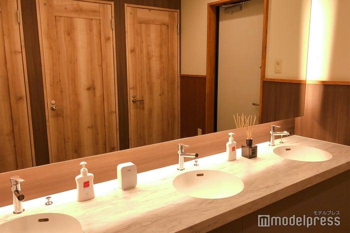 トイレは男女別で、虫が入りにくい二重構造(C)ビューティーガール