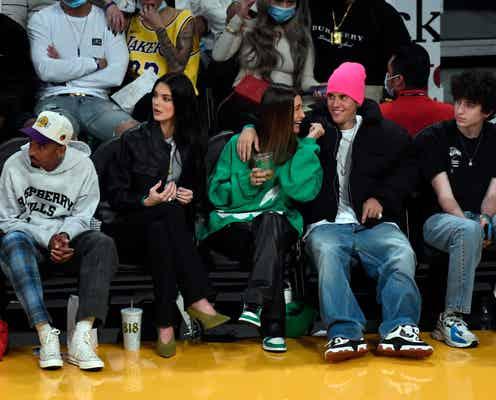 ケンダル・ジェンナー、恋人の試合をジャスティン&ヘイリー・ビーバー夫妻と観戦。