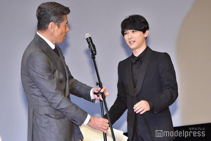 舘ひろしにマイクの高さを直してもらう吉沢亮 (C)モデルプレス