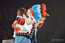 ファンに感謝のキスをする加藤ミリヤ【モデルプレス】
