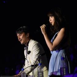 小嶋陽菜、審査員席から異例パフォーマンス<AKB48紅白対抗歌合戦>