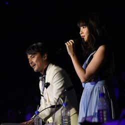 井上ヨシマサ氏、小嶋陽菜「第6回 AKB48紅白対抗歌合戦」(C)AKS
