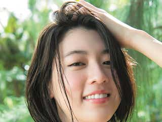 三吉彩花、青年誌初水着 クールな表情&幼さ残る笑顔で魅了