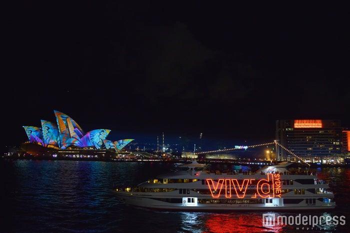シドニー オペラハウスの真っ白な帆がまるで生き物のように色彩をまとい、変化する姿は圧巻(C)モデルプレス