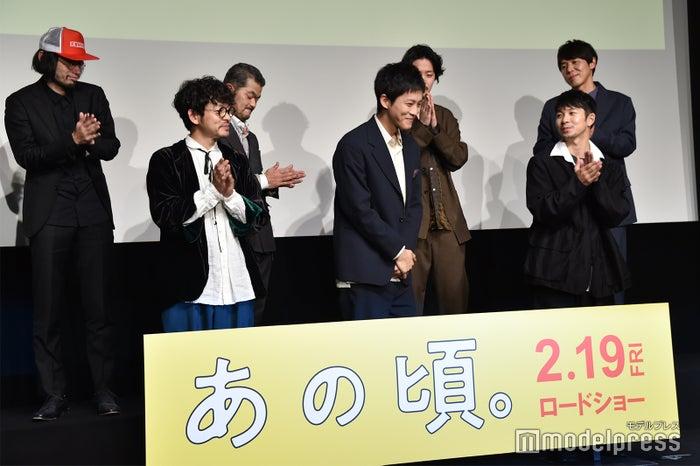 共演者たちからも結婚を祝福され、嬉しそうな松坂桃李(C)モデルプレス