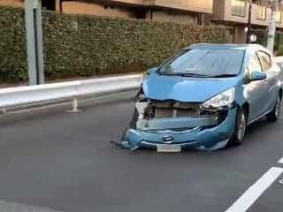 ボロボロの車体の当て逃げ動画が話題に 「撮影者をにらみつけて来た」 当て逃げアクアの運転者は、ハッキリと元画像に映っていた…