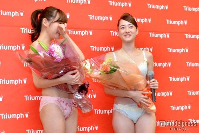 涙を見せた2013年トリンプ・イメージガール(左より)渡辺アリサ、ALISA