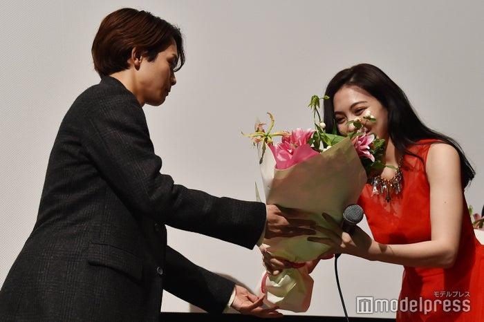 知英に花束を渡すタクヤ (C)モデルプレス