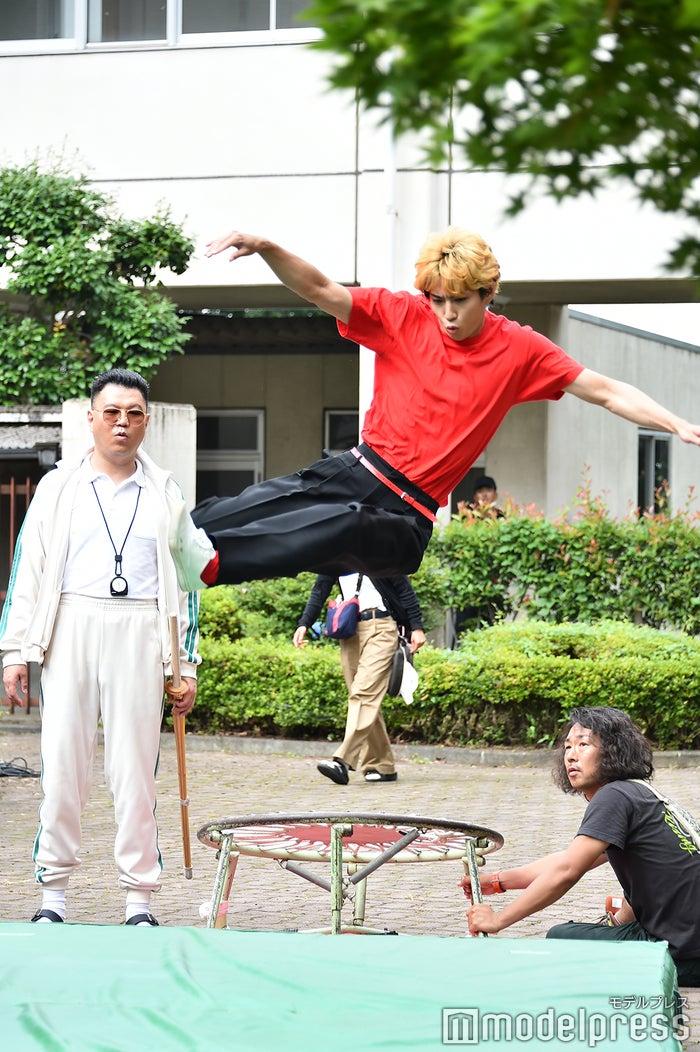 高い跳躍!(C)モデルプレス