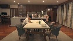 海斗と優衣の様子を意味深な表情で見つめるまや「TERRACE HOUSE OPENING NEW DOORS」36th WEEK(C)フジテレビ/イースト・エンタテインメント