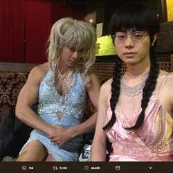 モデルプレス - 小栗旬のミニスカ女装にネットざわつく「なんか見えてる…」