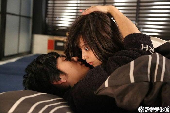 西内まりや(右)&flumpool山村隆太(左)/「突然ですが、明日結婚します」第1話より/画像提供:フジテレビ