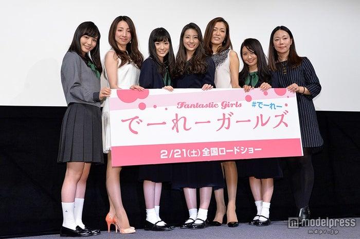 (左から)山根千佳、白羽ゆり、優希美青、足立梨花、安蘭けい、桃瀬美咲、大九明子監督