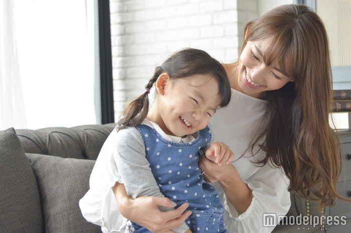渡辺静香さんとお子さん(C)モデルプレス