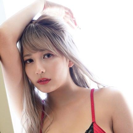 「ミスマガジン2020」新井遥、クール系正統派ギャル姿でセクシーボディ披露