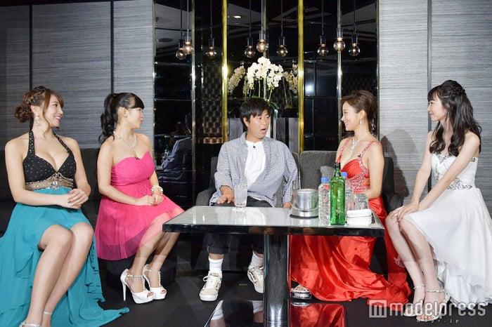 イベントではパンサー尾形貴弘(中央)を招いて疑似キャバクラ店がオープン (C)モデルプレス