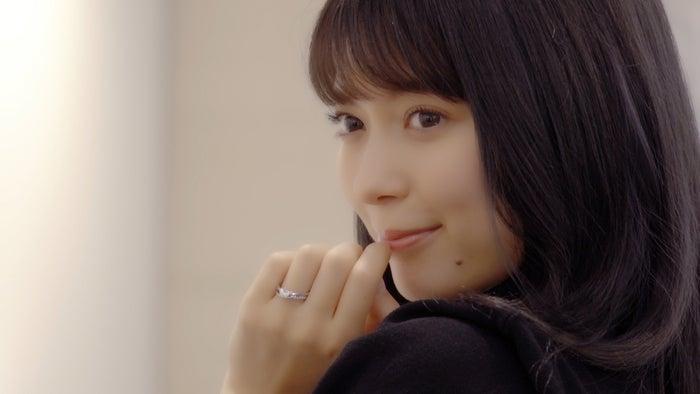 八木アリサ「ずっと見ていたくなっちゃいますね」 婚約指輪・結婚指輪に幸せオーラ満点