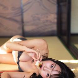 """#2i2青木りさ、ビキニ姿で書き初めも """"アイドルのお正月""""水着グラビア"""