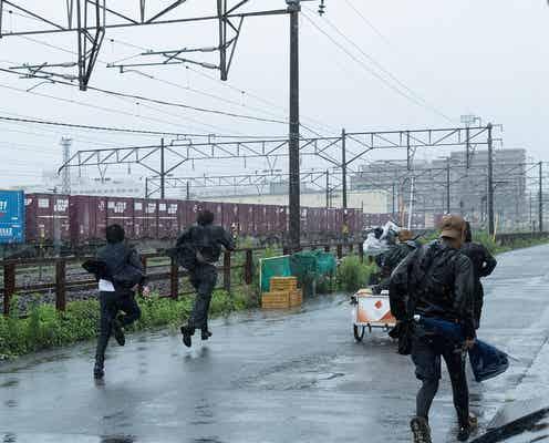 佐藤健、雨の中ずぶ濡れで激走「護られなかった者たちへ」メイキング映像公開