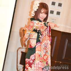 色んなポーズをとる村重杏奈/AKB48グループ成人式記念撮影会 (C)モデルプレス