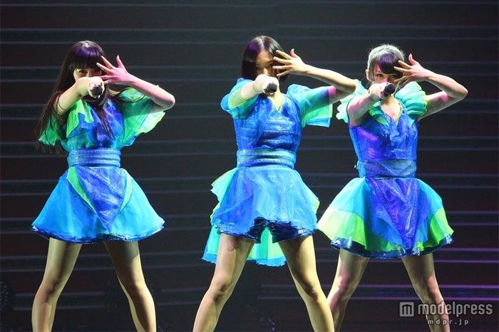 「第63回NHK紅白歌合戦」に出演するPerfume(左から:かしゆか、のっち、あ~ちゃん)