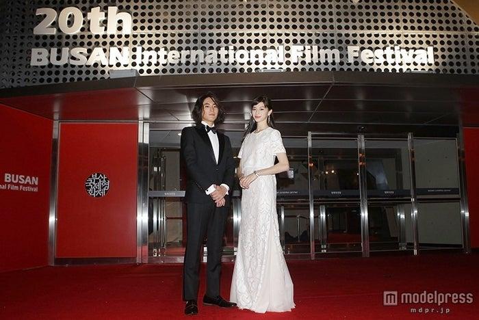 「第20回釜山国際映画祭」に参加した中条あやみ(右)と間宮祥太朗【モデルプレス】