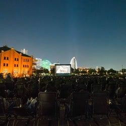 GWの横浜に2つの野外シアター出現「シーサイド シネマ」ミニオンズ、SINGなど上映