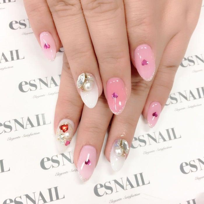 2色のピンク使いが可愛い/画像提供:esNAIL