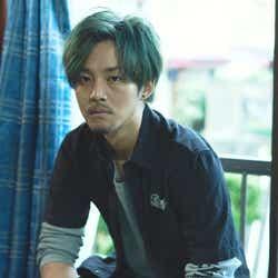 モデルプレス - 松坂桃李、緑髪×タトゥー×ピアス姿に「責任を感じます」