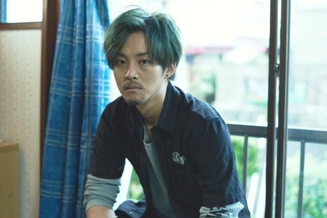 松坂桃李、緑髪×タトゥー×ピアス姿に「責任を感じます」(C)2017「キセキ ーあの⽇のソビトー」製作委員会