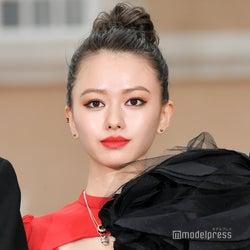 """山本舞香、赤×黒アシメの""""攻めまくったドレス""""姿に土屋太鳳も絶賛「本当に素敵」"""